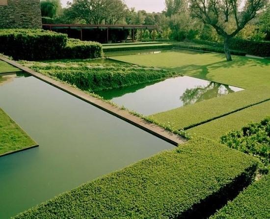 « Laisser le jardin se trouver plutôt que d'imposer un plan préconçu sur la terre.  Sans spiritualité les jardins deviennent juste un arrangement de plantes. » (F. Caruncho)